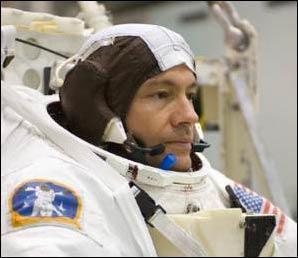 Chuyên gia Michael Lopez-Alegria trên bộ điều khiển Expedition 14 Commander