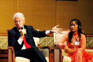 Ông Clinton tại buổi tọa đàm. Phía bên phải là chị Phạm Thị Huệ.