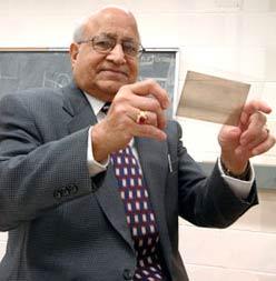 Bằng cách sử dụng máy dò tìm thị giác, tiến sĩ Piyare Jain đã tìm ra hạt axion, một phần tử cực nhỏ không tích điện, có khối lượng rất thấp và tồn tại với thời gian ngắn hơn rất nhiều so với một nano giây.