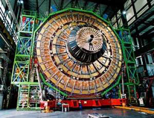 Chiếc máy dò tìm phần tử CMS khổng lổ đang được ráp lắp từng bộ phận một dưới dự giám sát của giáo sư Tejinder Virdee của trường Imperial College London.