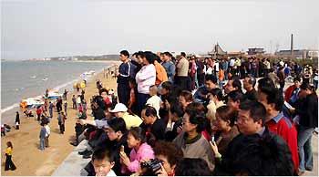 Hơn 30.000 khách thập phương đã kịp tề tựu bên bờ biển Penglai để cùng chiêm ngưỡng phút giây xuất thần của tạo hóa