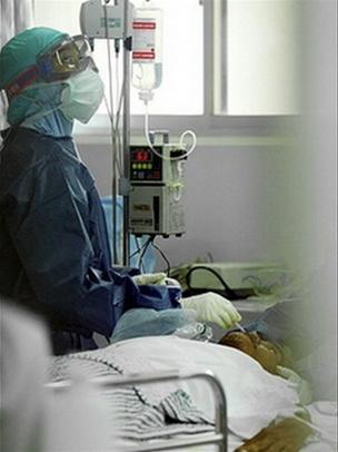 Một bác sĩ đang theo dõi bệnh trạng của một bệnh nhân nghi nhiễm cúm gia cầm ở Jakarta, Indonesia