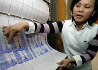 Một nhân viên khí tượng Đài Loan miêu tả trận động đất trên biểu đồ.