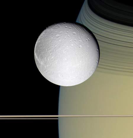 Vệ tinh băng giá Dione dường như bay lượn trên vành đai sao Thổ