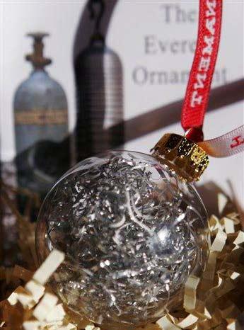 Một số đồ vật trang trí Giáng Sinh được Jeff Clapp sản xuất từ chiếc bình thở oxy thải trên núi Everest