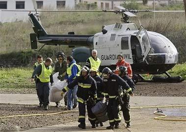 Đội cứu hộ đang khẩn trương đưa tới thi thể tới bệnh viện.