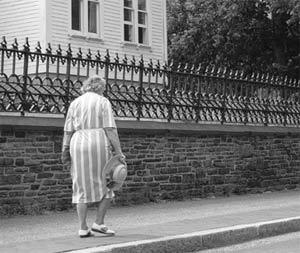 Tại sao về già chúng ta lùn đi?