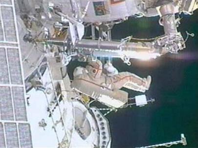 Phi hành gia Michael Lopez-Alegria đang làm việc trong chuyến đi bộ ngoài không gian hôm 22-2. Ảnh chụp từ truyền hình của NASA