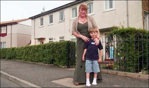 Mẹ Norma và bé Cameron tại thành phố Glasgow