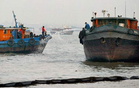 Thượng Hải chiến đấu với 45 tấn dầu trôi sông Hoàng Phố