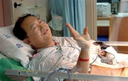 Bác sỹ thú y Chang Po-yu đang được điều trị trong bệnh viện sau khi phẫu thuật nối lại cánh tay.