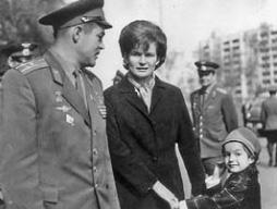 Gia đình Phi công Vũ trụ Valentina Tereshkova và con gái Alena thời hạnh phúc