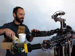 Domo là robot giúp việc có khả năng cảm giác khi con người chạm vào, nó có những động cơ ở cánh tay, bàn tay và cổ có thể cảm thụ lực và phản ứng lại.