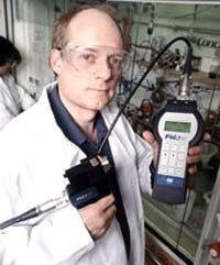 Timothy Swager và thiết bị dò bom mìn.
