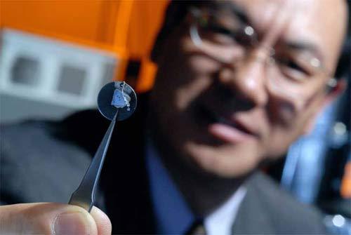Giáo sư Zhong Lin Wang và mẫu máy phát điện nano.