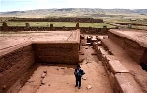 Một nhà khảo cổ học đi bộ trong khu vực Tiwanaku