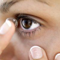 Thu hồi dung dịch kính áp tròng vì sợ gây mù