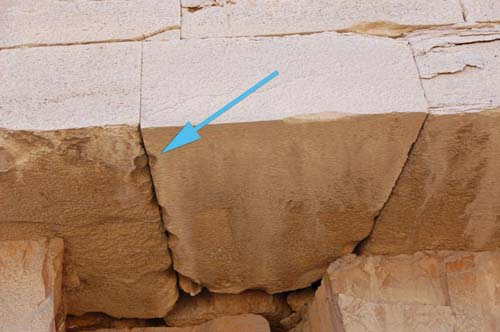Mũi tên chỉ lỗ hình trứng giữa 2 mảng khối chắc nặng ở phía bắc kim tự tháp Senefru Bent.