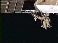 Phi hành gia Nga lắp đặt tấm bảo vệ cho Trạm không gian quốc tế