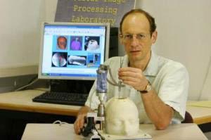 Leo Joskowicz với robot mini phẫu thuật thần kinh