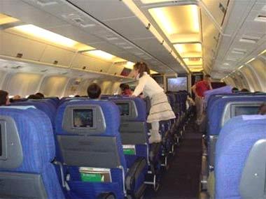 WHO: khách đi máy bay nên tập thể dục chân