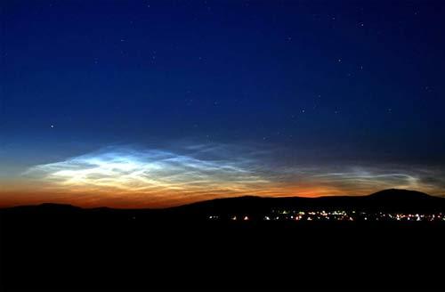 Một trong những lần đầu tiên các đám mây sáng rực này được quan sát từ mặt đất, trên bầu trời Budapest, Hungary hôm 15/06/2007.