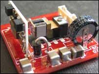Máy phát điện siêu nhỏ tạo điện năng từ dao động môi trường
