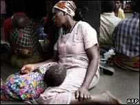 Một em bé nhiễm HIV cùng người thân