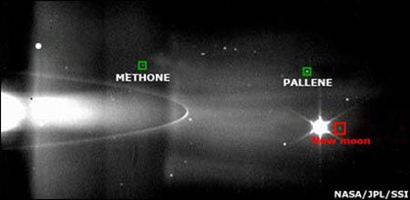 Mặt trăng mới của sao Thổ nằm giữa hai mặt trăng Methone và Pallene