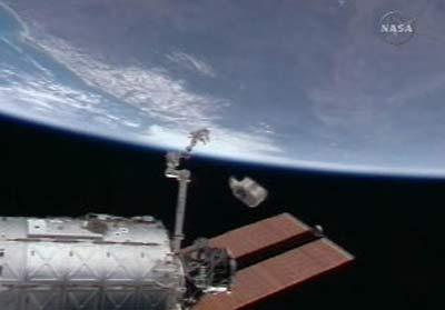 Trạm không gian quốc tế thải thiết bị thừa ra không gian