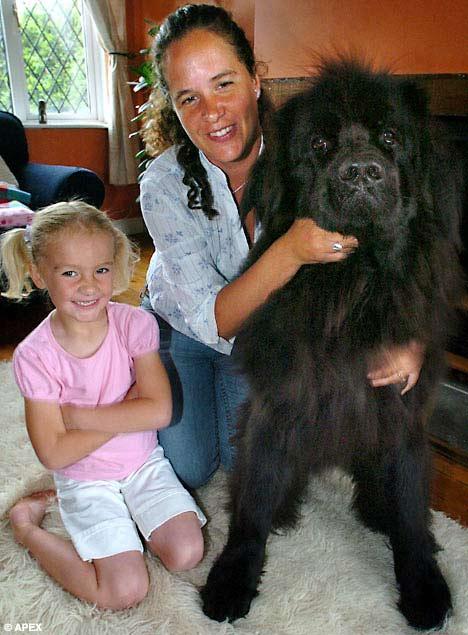 Cô Lucinda Reid và con gái Summer chụp hình cùng Troy