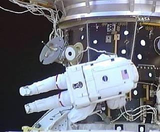 NASA: Đi bộ không gian để đánh giá hiện trạng tàu con thoi Endeavour