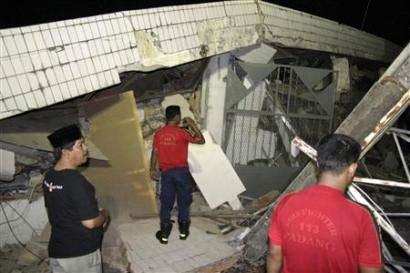 Động đất mạnh ở Indonesia gây sóng thần cao 3m