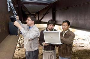 Nhóm nghiên cứu đang kiểm tra dữ liệu nhận được từ các cảm biến giám sát cầu không dây