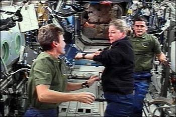 Discovery vào Trạm Vũ trụ Quốc tế