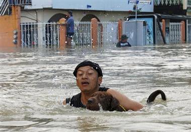Hàng chục ngàn người Mexico bị mắc kẹt trong nước lũ
