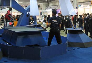 Robot Việt hạ người chơi bóng bàn giữa hội chợ Nhật