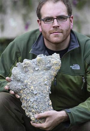 """Josh Gates cầm trên tay bằng chứng về """"dấu chân người tuyết"""" ở Nepal."""