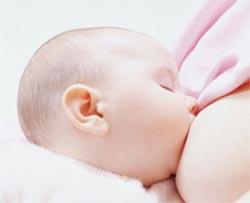 Bé gái có lợi từ bú sữa mẹ nhiều hơn bé trai