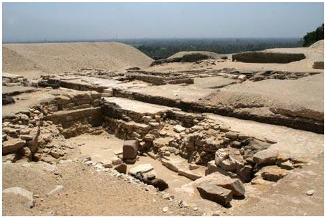 """Kim tự tháp <i>""""mất tích""""</i> được phát hiện bị chôn vùi ở Ai Cập"""