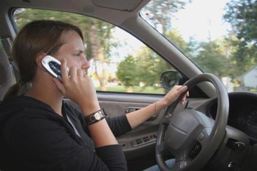 Tại sao không nên dùng ĐTDĐ khi đang lái xe?