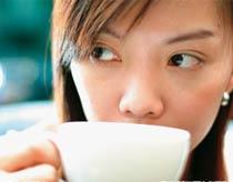 Uống 4 cốc cà phê mỗi ngày giảm 25% khả năng có con