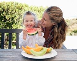 Trẻ nhỏ không nên uống nhiều nước quả?