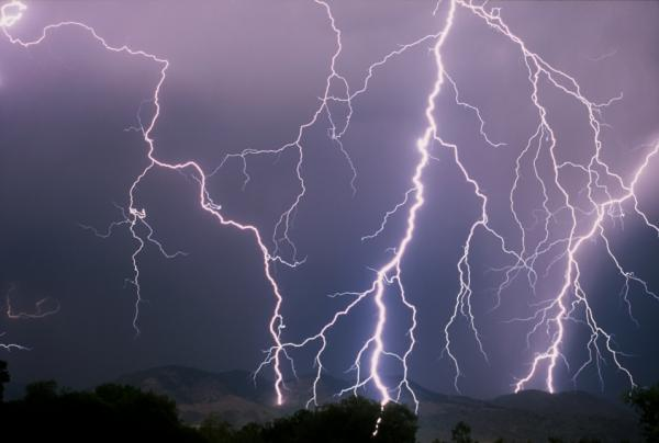 Hiện tượng sấm sét trước bão