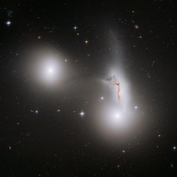 3 thiên hà chơi trò cho-nhận lực hấp dẫn