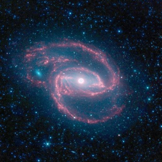 Spitzer chụp được một thiên hà có hình thù kì lạ