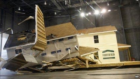 Phá sập nhà bằng 100 chiếc quạt