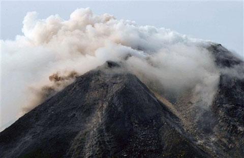 Núi lửa, sóng thần Indonesia giết 182 người