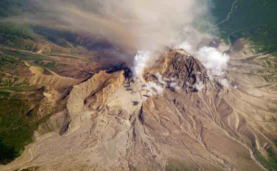 Hai núi lửa cùng phun trào dữ dội ở Nga