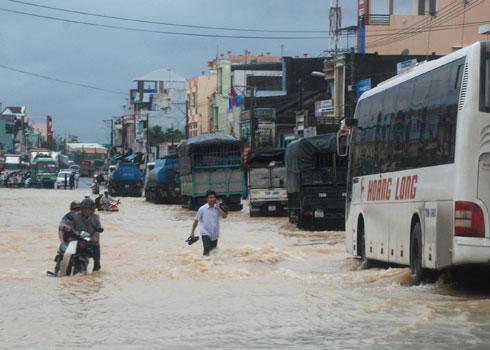 Trung Bộ dập vùi trong mưa lũ